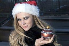 Meisje met het ornament van Kerstmis stock afbeeldingen