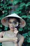 Meisje met het overdrijven van vergrootglas Royalty-vrije Stock Foto