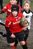 Meisje met het rode rugby van het jasjespel Stock Foto
