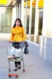 Meisje met het winkelen karretje Stock Fotografie