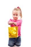 Meisje met het winkelen zak op wit wordt geïsoleerd dat royalty-vrije stock afbeelding