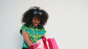 Meisje met het winkelen zakken in haar handen stock footage