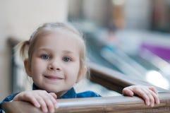 Meisje met het Winkelen Zakken in Winkelcomplex Royalty-vrije Stock Foto's