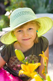 Meisje met hoed en bloem Stock Afbeelding