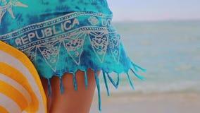 Meisje met hoed het ontspannen op exotisch strand De zomervakantie in Caraïbische eilanden stock video