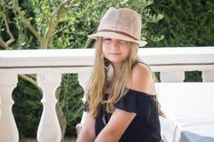 Meisje met hoed het stellen Stock Fotografie