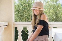 Meisje met hoed het stellen Royalty-vrije Stock Foto
