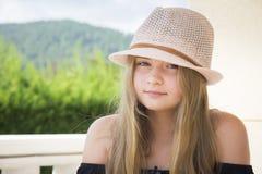 Meisje met hoed het stellen Stock Afbeelding