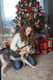 Meisje met hond in een ruimte voor Kerstmis wordt verfraaid die royalty-vrije stock afbeeldingen