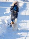 Meisje met hond op sneeuw in de winter royalty-vrije stock foto