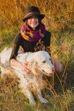 Meisje met hond in park Stock Afbeeldingen