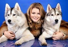 Meisje met honden Royalty-vrije Stock Foto