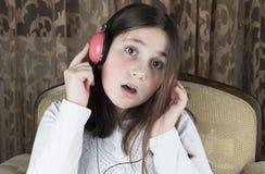 Meisje met hoofdtelefoons stock afbeeldingen