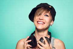 Meisje met hoofdtelefoons en positieve houding Vrouw met het glimlachen van muziekhoofdtelefoons stock foto