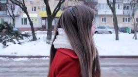 Meisje met hoofdtelefoonsgangen in stad stock videobeelden