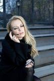 Meisje met hoofdtelefoontelefoon royalty-vrije stock fotografie