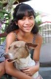 Meisje met huisdierenhond stock foto's