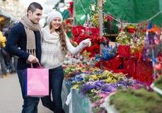 Meisje met jongen die Kerstmisbloem kiezen Stock Afbeelding