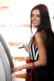 Meisje met kaart en geldautomaat Stock Afbeelding