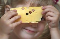 Meisje met kaas Stock Afbeelding