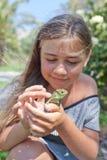 Meisje met Kameleon Stock Foto's