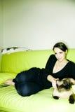 Meisje met kat stock afbeeldingen