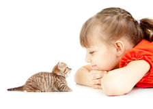 Meisje met katje samen liggen het van aangezicht tot aangezicht Royalty-vrije Stock Foto