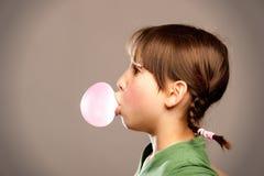 Meisje met kauwgom Stock Afbeeldingen