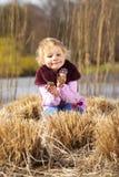 Meisje met kegels Stock Foto