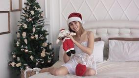 Meisje met Kerstmanpop stock footage