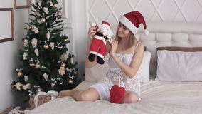 Meisje met Kerstmanpop stock video