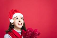 Meisje met Kerstmis hoed en omhoog het kijken Stock Foto's
