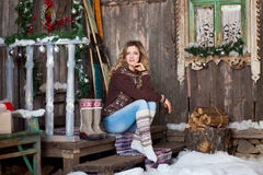 Meisje met Kerstmis rond portiek Stock Afbeelding