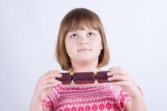 Meisje met Kerstmiscrackers Stock Foto's