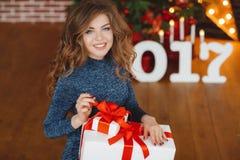 Meisje met Kerstmisgift dichtbij mooie geklede Kerstboom Royalty-vrije Stock Afbeeldingen