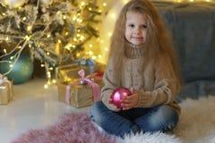 Meisje met Kerstmisstuk speelgoed stock fotografie