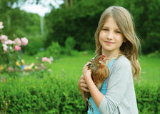 Meisje met kip Royalty-vrije Stock Afbeelding