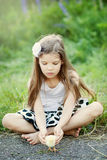 Meisje met kip Stock Fotografie