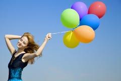 Meisje met kleurenballons bij blauwe hemelachtergrond. Royalty-vrije Stock Foto