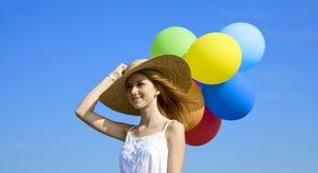 Meisje met kleurenballons bij blauwe hemelachtergrond. Royalty-vrije Stock Afbeeldingen