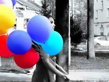 Meisje met kleurenballons - eerste dag van Mei, feestelijke week Stock Foto's