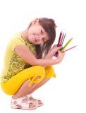 Meisje met kleurenpotloden Stock Afbeeldingen