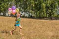 Meisje met kleurrijke ballons Stock Fotografie