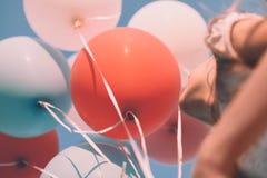 Meisje met kleurrijke ballons omhoog in de hemel Lage hoek Retro kijk Royalty-vrije Stock Foto's