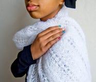 Meisje met kleurrijke die spijkers in een witte wollen sjaal worden verpakt Stock Foto