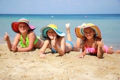 Meisje met kleurrijke hoed op het strand royalty-vrije stock afbeelding