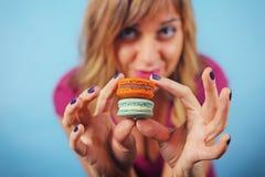 Meisje met kleurrijke smakelijke makaronkoekjes Royalty-vrije Stock Fotografie