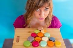 Meisje met kleurrijke smakelijke makaronkoekjes Royalty-vrije Stock Afbeeldingen
