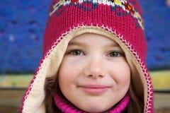 Meisje met kleurrijke wollen hoed Stock Afbeelding