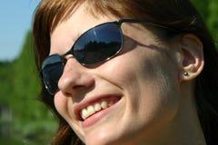 Meisje met koele schaduwen Stock Foto